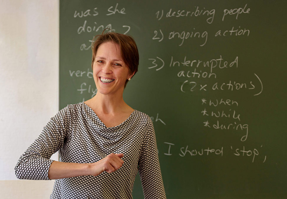 A teacher in an English course at DIE NEUE SCHULE.