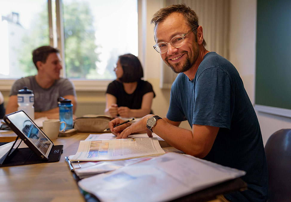 A teacher in a German course at DIE NEUE SCHULE with participants